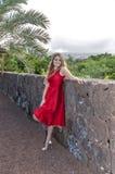 Красивая молодая женщина в парке стоковое изображение