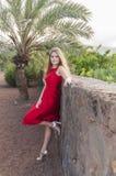Красивая молодая женщина в парке стоковое изображение rf
