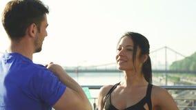Красивая молодая женщина говоря к ее мужскому другу пока разрабатывающ совместно стоковое фото rf