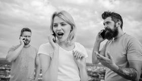Красивая молодая женщина говоря на мобильном телефоне и усмехаясь ne стоковое изображение rf