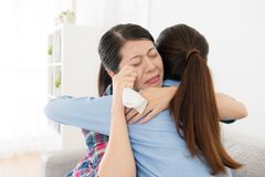 Красивая молодая женщина давая обнимать для девушки Стоковое фото RF