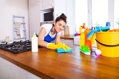 Красивая молодая женщина делает убирать дом Ki чистки девушки стоковое изображение