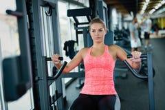 Красивая молодая женщина делая тренировки для комода Стоковое Изображение