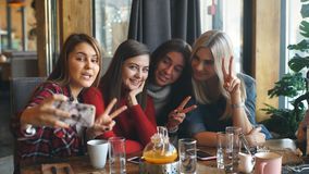 Красивая молодая женщина 4 делая selfie в кафе, девушек лучших другов совместно имея потеху сток-видео