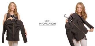 Красивая молодая женщина держит куртку на вешалке в магазине продажи покупки красоты моды рук стоковые изображения rf