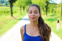 Красивая молодая женщина дышает с закрытыми глазами наслаждаясь отражением тиши безмолвия спокойным духовным стоковое фото rf