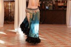 Красивая молодая женщина исполнительницы танца живота в шикарном красном и зеленом платье костюма Стоковые Фотографии RF