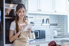 Красивая молодая женщина использует цифровую таблетку стоковые изображения rf