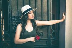 Красивая молодая женщина латиноамериканца с портретом шляпы Панамы и подняла I Стоковое Изображение