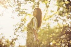 Красивая молодая женщина наслаждается на солнечном весеннем дне стоковое изображение