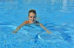Красивая молодая женщина на бассейне Стоковое фото RF