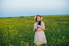 Красивая молодая женщина на заходе солнца в поле Стоковое Изображение
