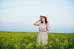 Красивая молодая женщина на заходе солнца в поле Стоковое фото RF
