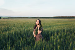 Красивая молодая женщина на заходе солнца в поле Стоковая Фотография RF