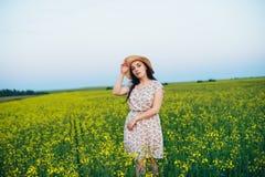 Красивая молодая женщина на заходе солнца в поле Стоковое Изображение RF