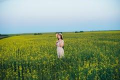 Красивая молодая женщина на заходе солнца в поле Стоковое Фото