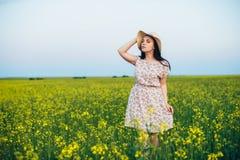 Красивая молодая женщина на заходе солнца в поле Стоковые Фото