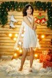 Красивая молодая женщина на предпосылке светов, танцуя настроении рождества стоковая фотография rf
