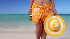Красивая молодая женщина на тропическом пляже Летние каникулы в Punta Cana, Доминиканской Республике видеоматериал