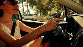 Красивая молодая женщина нося солнечные очки управляет автомобилем на солнечный летний день акции видеоматериалы