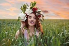 Красивая молодая женщина нося флористический венок Стоковое Изображение RF