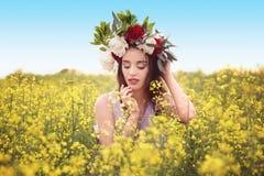 Красивая молодая женщина нося флористический венок Стоковое Фото