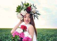 Красивая молодая женщина нося флористический венок Стоковые Фото
