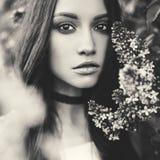 Красивая молодая женщина окруженная цветками сирени Стоковые Фото