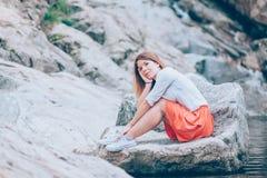 Красивая молодая женщина ослабляя в nauture Стоковая Фотография