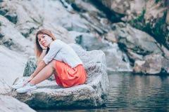 Красивая молодая женщина ослабляя в nauture Стоковые Изображения RF