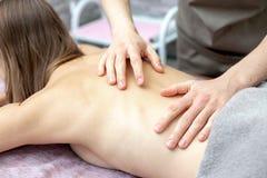 Красивая молодая женщина получает массаж на салоне массажа стоковое фото