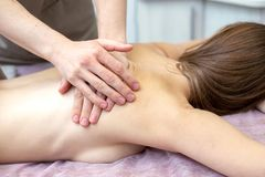 Красивая молодая женщина получает массаж на салоне массажа стоковое фото rf