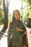 Красивая молодая женщина при естественный состав нося теплое posi пальто Стоковое Изображение