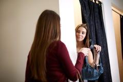 Красивая молодая женщина прося мнение друзей в примерочной магазина женское бельё Женщина пробует дальше бюстгальтер внутри Стоковое Изображение RF