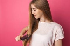Красивая молодая женщина расчесывая белокурые длинные красоту и hairst волос стоковые фотографии rf