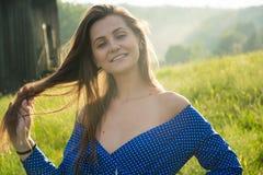 Красивая молодая женщина смеется над в солнечном свете на wi луга стоковые изображения