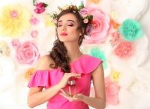 Красивая молодая женщина с бутылкой флористического дух Стоковое Изображение RF