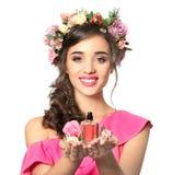 Красивая молодая женщина с бутылкой флористического дух Стоковая Фотография RF