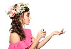 Красивая молодая женщина с бутылкой флористического дух Стоковая Фотография