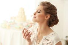 Красивая молодая женщина с бутылкой стоковые фото