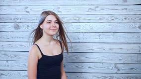 Красивая молодая женщина с ветром в волосах видеоматериал