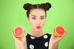 Красивая молодая женщина с грейпфрутом Стоковая Фотография