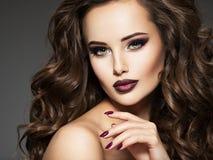 Красивая молодая женщина с длинным курчавым стилем причёсок Стоковая Фотография RF
