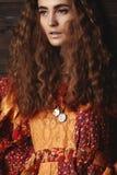 Красивая молодая женщина с длинным курчавым стилем причёсок, ювелирными изделиями моды с волосами брюнет Индийские одежды стиля,  Стоковое Изображение