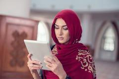 Красивая молодая женщина с планшетом внутри мечети стоковая фотография rf