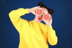 Красивая молодая женщина с половинами грейпфрута Стоковое Фото