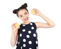 Красивая молодая женщина с половинами лимона Стоковые Фотографии RF