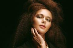Красивая молодая женщина с пышным hairdo стоковые изображения rf