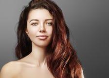 Красивая молодая женщина с роскошной прической и мода глянцуют состав Модель крупного плана красоты сексуальная с длинными волоса Стоковые Фото