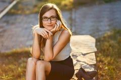 Красивая молодая женщина с стеклами в парке лета стоковое фото